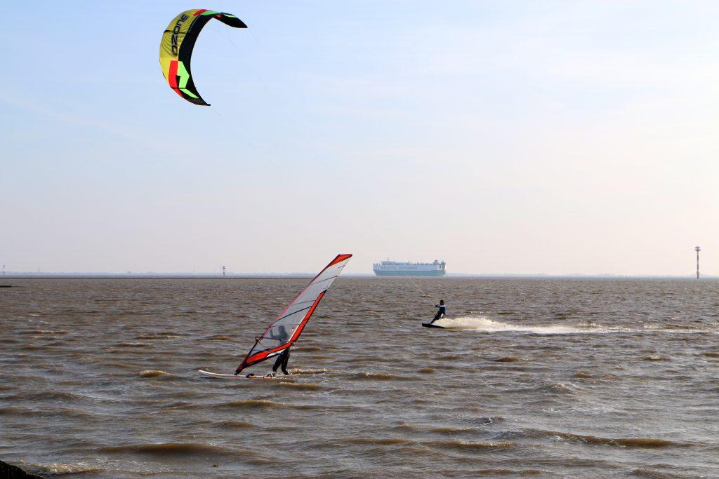 Wremen Surfer und Kiter